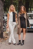 Γυναίκες έξω από τις εθνικές επιδείξεις μόδας κοστουμιών που χτίζουν για την εβδομάδα 2014 μόδας των γυναικών του Μιλάνου Στοκ Φωτογραφία