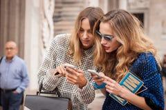 Γυναίκες έξω από τις επιδείξεις μόδας του Marco de Vincenzo που χτίζουν για την εβδομάδα 2014 μόδας των γυναικών του Μιλάνου Στοκ φωτογραφίες με δικαίωμα ελεύθερης χρήσης