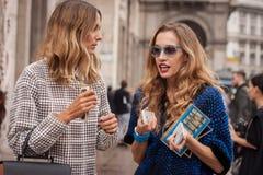 Γυναίκες έξω από τις επιδείξεις μόδας του Marco de Vincenzo που χτίζουν για την εβδομάδα 2014 μόδας των γυναικών του Μιλάνου Στοκ Εικόνα