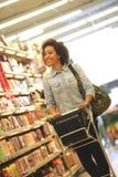 Γυναίκες, αγορές, υπεραγορά, κάρρο αγορών, λιανική πώληση, σπρώξιμο παντοπωλείων Στοκ Φωτογραφίες