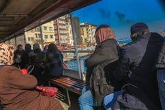 Γυναίκες ανδρών στη βάρκα Karakoy Ιστανμπούλ Curise Στοκ φωτογραφία με δικαίωμα ελεύθερης χρήσης