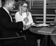 Γυναίκες ανδρών επιχειρηματιών που μιλούν το σπάσιμο Στοκ εικόνα με δικαίωμα ελεύθερης χρήσης