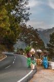 Γυναίκες βουνών που φέρνουν το καυσόξυλο στο κεφάλι Στοκ φωτογραφίες με δικαίωμα ελεύθερης χρήσης