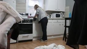 Γυναίκες ηλικίας 60-65 που κάνει τα οικιακά στο διαμέρισμά της απόθεμα βίντεο