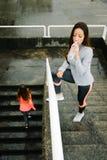 Γυναίκες ικανότητας που επιλύουν κάτω από τη βροχή Στοκ εικόνα με δικαίωμα ελεύθερης χρήσης