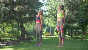 Γυναίκες ικανότητας που προειδοποιούν επάνω τους μυς λαιμών πριν από το workout απόθεμα βίντεο