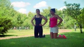 Γυναίκες ικανότητας που προετοιμάζονται στο workout υπαίθριο Πολυφυλετική γυναίκα που αναπνέει βαθιά απόθεμα βίντεο