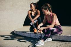 Γυναίκες ικανότητας που στηρίζονται μετά από το workout Στοκ εικόνες με δικαίωμα ελεύθερης χρήσης