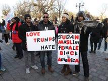 Γυναίκες και άνδρες του Σουδάν που διαμαρτύρονται ενάντια στο Ντόναλντ Τραμπ Στοκ φωτογραφίες με δικαίωμα ελεύθερης χρήσης