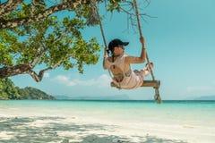 Γυναίκες και ταλάντευση στην παραλία Στοκ φωτογραφία με δικαίωμα ελεύθερης χρήσης