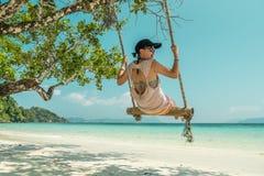 Γυναίκες και ταλάντευση στην παραλία Στοκ εικόνες με δικαίωμα ελεύθερης χρήσης