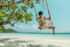 Γυναίκες και ταλάντευση στην παραλία Στοκ φωτογραφίες με δικαίωμα ελεύθερης χρήσης