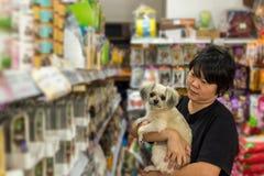 Γυναίκες και το κατάστημα σκυλιών της στο κατάστημα κατοικίδιων ζώων Στοκ εικόνες με δικαίωμα ελεύθερης χρήσης