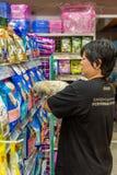Γυναίκες και το κατάστημα σκυλιών της στο κατάστημα κατοικίδιων ζώων Στοκ εικόνα με δικαίωμα ελεύθερης χρήσης