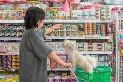 Γυναίκες και το κατάστημα σκυλιών της στο κατάστημα κατοικίδιων ζώων Στοκ φωτογραφία με δικαίωμα ελεύθερης χρήσης