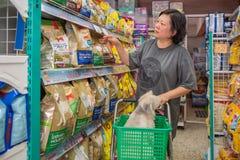 Γυναίκες και το κατάστημα σκυλιών της στο κατάστημα κατοικίδιων ζώων Στοκ Φωτογραφία