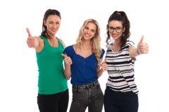 Γυναίκες καλύτερων φίλων που παρουσιάζουν εντάξει αντίχειρες επάνω στο σημάδι χεριών Στοκ Φωτογραφία