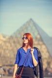 Γυναίκες κοντά στην πυραμίδα στοκ εικόνα