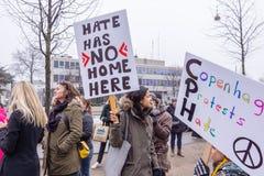 Γυναίκες Μάρτιος μπροστά από την αμερικανική πρεσβεία στην Κοπεγχάγη ενάντια στο Ντόναλντ Τραμπ Στοκ Εικόνες