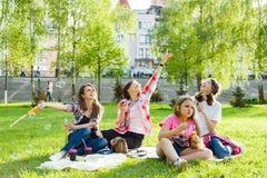 Γυναίκες με τα παιδιά στο πάρκο στοκ φωτογραφίες με δικαίωμα ελεύθερης χρήσης