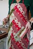 Γυναίκες με την ποδιά προσθηκών Στοκ φωτογραφία με δικαίωμα ελεύθερης χρήσης