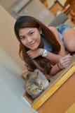 Γυναίκες με τη γάτα Στοκ εικόνα με δικαίωμα ελεύθερης χρήσης