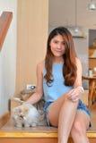Γυναίκες με τη γάτα Στοκ Εικόνες