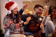 Γυναίκες με τη ημέρα των Χριστουγέννων εορτασμού σπινθηρίσματος Στοκ φωτογραφία με δικαίωμα ελεύθερης χρήσης