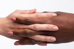 Γυναίκες με τη φυσική τέχνη καρφιών που χωρίζει τα δάχτυλα διαφορετικ στοκ φωτογραφία
