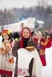 Γυναίκες με τις τηγανίτες κατά τη διάρκεια Shrovetide Στοκ Εικόνες