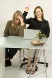 Γυναίκες με τον υπολογιστή Στοκ φωτογραφία με δικαίωμα ελεύθερης χρήσης