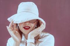 Γυναίκες με το άσπρο καπέλο για την ημέρα γυναικών στοκ φωτογραφίες