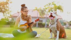 Γυναίκες με το σκυλί απόθεμα βίντεο