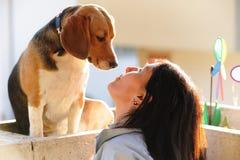 Γυναίκες με το σκυλί Στοκ φωτογραφία με δικαίωμα ελεύθερης χρήσης