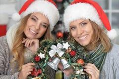 Γυναίκες με το στεφάνι Χριστουγέννων Στοκ φωτογραφία με δικαίωμα ελεύθερης χρήσης