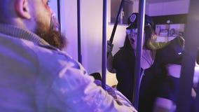 Γυναίκες μιας οι προκλητικές αστυνομίας χορεύουν μπροστά από έναν άστεγο φυλακισμένο απόθεμα βίντεο