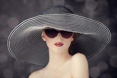 Γυναίκες μόδας στο ευρύ καπέλο Στοκ Εικόνες