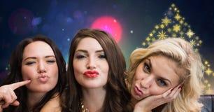 Γυναίκες που έχουν διασκέδασης και Snowflake τις νέες έτους κόμματος μορφές σχεδίων φω'των ζωηρόχρωμες στοκ εικόνα με δικαίωμα ελεύθερης χρήσης