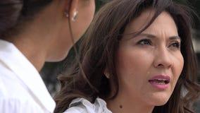 Γυναίκες που έχουν μια συνομιλία απόθεμα βίντεο
