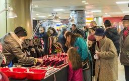 Γυναίκες που αγοράζουν martisoare για να γιορτάσει την αρχή της άνοιξη το Μάρτιο ο 1$ος Στοκ Εικόνες