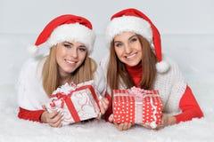 Γυναίκες που ανοίγουν τα χριστουγεννιάτικα δώρα Στοκ Εικόνα