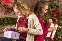 Γυναίκες που ανοίγουν τα χριστουγεννιάτικα δώρα Στοκ Εικόνες