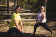 Γυναίκες που ασκούν κατά τη διάρκεια της σειράς μαθημάτων εμποδίων Στοκ φωτογραφία με δικαίωμα ελεύθερης χρήσης