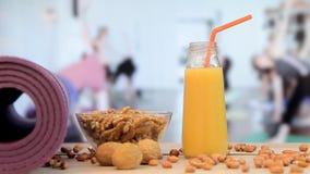 Γυναίκες που ασκούν τον υγιή τρόπο ζωής, τρόφιμα, κατηγορία γιόγκας φιλμ μικρού μήκους