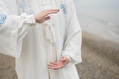 Γυναίκες που ασκούν Taijiquan στην παραλία Στοκ εικόνες με δικαίωμα ελεύθερης χρήσης