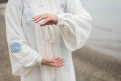 Γυναίκες που ασκούν Taijiquan στην παραλία Στοκ Φωτογραφίες