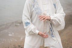Γυναίκες που ασκούν Taijiquan στην παραλία Στοκ εικόνα με δικαίωμα ελεύθερης χρήσης