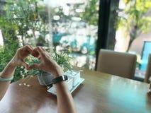 Γυναίκες που γίνονται την καρδιά που διαμορφώνεται με το χέρι Στοκ φωτογραφία με δικαίωμα ελεύθερης χρήσης