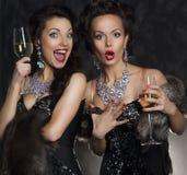 Γυναίκες που γιορτάζουν τα γενέθλια στο εστιατόριο. Διακοπές Στοκ Φωτογραφία