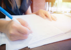 Γυναίκες που γράφουν σε ένα σημειωματάριο Στοκ φωτογραφία με δικαίωμα ελεύθερης χρήσης